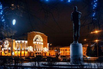 Памятник основателю русского театра Ф. Г. Волкову в Ярославле