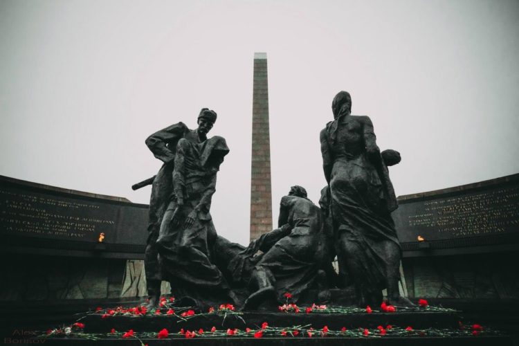 Памятник Героическим защитникам Ленинграда на площади Победы