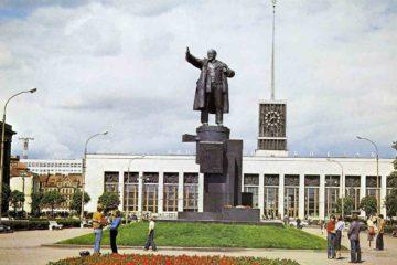 Памятник В. И. Ленину у Финляндского вокзала в Ленинграде: Ленин на броневике
